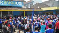 Setelah ditilang polisi gara-gara nekad pawai, ratusan Aremania berkumpul di kantor manajemen Arema di Malang, Rabu (6/4/2016). (Bola.com/Iwan Setiawan)