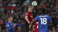 Bek Manchester United, Luke Shaw, menyundul bola saat melawan Leicester City pada laga Premier League di Stadion Old Trafford, Jumat (10/8/2018). Manchester United menang 2-1 atas Leicester City. (AP/Jon Super)