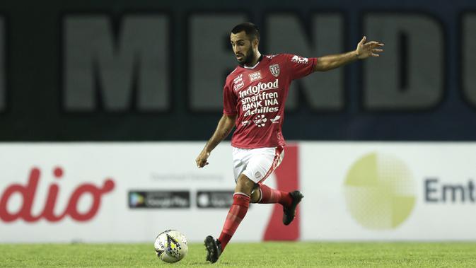 Bek Bali United, Willian Pacheco, bersiap melepaskan umpan saat melawan Bhayangkara FC pada laga Piala Presiden 2019 di Stadion Patriot, Bekasi, Kamis (14/3). Bhayangkara menang 4-1 atas Bali. (Bola.com/Yoppy Renato)