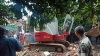 Petugas membersihkan lumpur banjir bandang di Cijambe Kota Bandung, Selasa (2/4/2019)