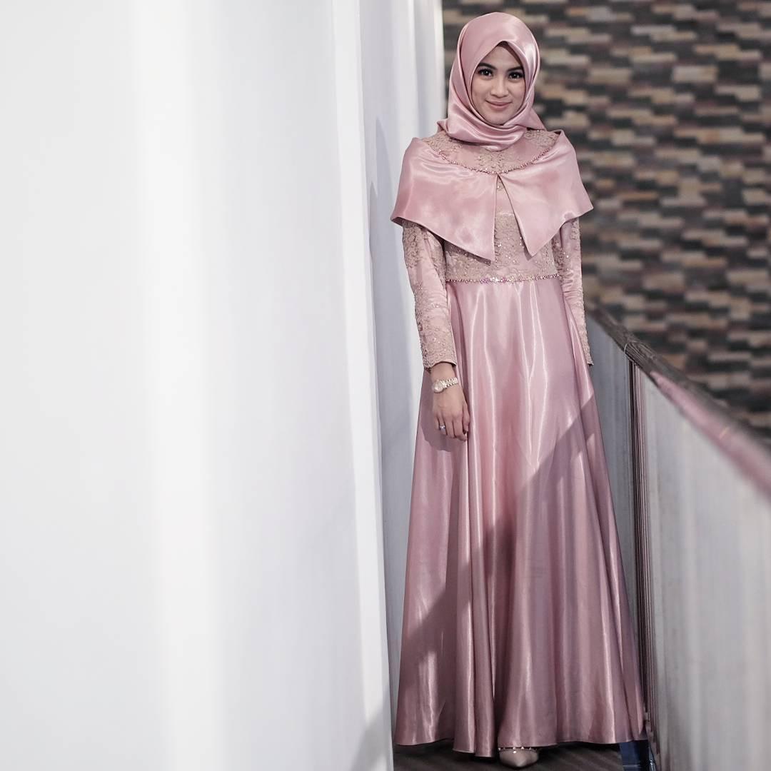 Dress dengan sentuhan warna pink pastel ditambah taburan payet pada bagian atas buat penampilan terlihat anggun dan elegan. (sumber foto: @ichasoebandono/instagram)