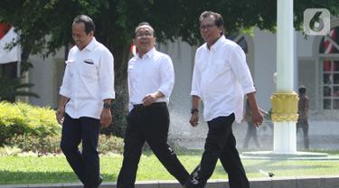 Menteri Sekretaris Negara pada kabinet kerja 2019-2024 Pratikno (tengah) turut hadir ke Istana Kepresidenan, Jakarta, Senin (10/10/2019). Pratikno  datang bersama mantan aktivis Fadjroel Rahman (kanan) dan mantan Staf Khusus Presiden Nico Harjanto. Liputan6.com/Angga Yuniar)