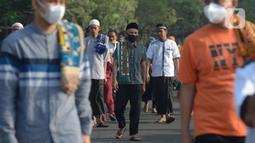 Umat Muslim usai sholat Idul Fitri 1442 H di masjid Raya Al Arif, Jalan Stasiun Senen, Jakarta, Kamis (13/5/2021). Seluruh umat muslim serentak melaksanakan salat Ied di sejumlah masjid dan jalan terbuka dengan menerapkan protokol kesehatan. (merdeka.com/Imam Buhori)