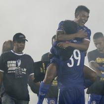 Striker Arema FC, Dedik Setiawan, merayakan gelar juara Piala Presiden 2019 usai menaklukkan Persebaya Surabaya di Stadion Kanjuruhan, Jumat (13/4). Arema FC menang 2-0 atas Persebaya. (Bola.com/Yoppy Renato)