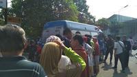 Warga Cirebon rela mengantri demi bisa menukar uang kartal menjelang libur Lebaran 2019. Foto (Liputan6.com / Panji Prayitno)