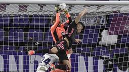 Kiper Real Valladolid, Jordi Masip, berebut bola dengan pemain Real Madrid, Mariano Diaz, pada laga Liga Spanyol di Stadion Jose Zorrila, Minggu (21/2/2021). Real Madrid menang dengan skor 1-0. (AP/Alvaro Barrientos)