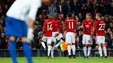 Para pemain Manchester United merayakan gol ketiganya yang dicetak oleh Paul Pogba pada pertandingan Liga Eropa, Manchester United menjamu Fenerbahce di stadion Old Trafford, Manchester, Inggris (20/10). (Reuters/Jason Cairnduff)