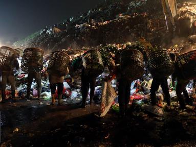 Sejak pagi dini hari Tempat Pengelolaan Sampah Terpadu (TPST) Bantar Gebang, Bekasi, telah ramai. Sejumlah alat berat terlihat di oprasikan untuk mengatur sampah - sampah yang datang. (Liputan6.com/Johan Tallo)