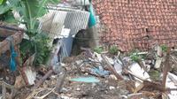 Satu orang sempat tertimbun material longsor yang terjadi di lahan PT KAI di Jalur Bogor-Sukabumi. (Liputan6.com/Achmad Sudarno)