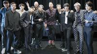 BTS menghadiahi Coldplay hanbok modern saat kedua grup bertemu kembali di New York City. (dok. Twitter @BTS_twt)·
