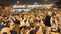 Usai melaksanakan wukuf, kawasan Muzdalifah dipadati jemaah haji yang melakukan mabit atau bermalam. (www.kemenag.go.id)