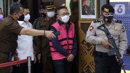 Terpidana kasus pembalakan liar dan perusakan alam, Adelin Lis (tengah) bersiap mengikuti rilis penahanan di Gedung Penerangan Kejaksaan Agung, Jakarta, Sabtu (19/6/2021). Adelin Lis ditangkap di Singapura dan dipulangkan ke Indonesia setelah buron selama 13 tahun. (Liputan6.com/Helmi Fithriansyah)
