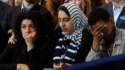 Pendukung dari Capres Partai Demokrat Hillary Clinton terlihat berdoa saat perhitungan suara Pilpres AS 2016 di Manhattan, New York, AS, (8/11). (REUTERS/Lucas Jackson)
