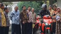 Presiden Jokowi mencoba sepeda motor listrik Gesits di halaman belakang Istana Merdeka Jakarta. (Merdeka.com)