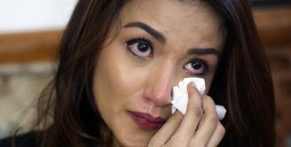 Sidang carai Tsania Marwa dan Atalarik Syah kembali di gelar di Pengadilan Agama Cibinong, Jawa Barat Selasa (11/7/2017).  Tiba-tiba tangis Marwah pecah ketika menyaksikan foto-foto anaknya. (Nurwahyunan/Bintang.com)