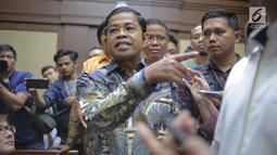 Terdakwa kasus dugaan suap proyek PLTU Riau-1 Idrus Marham tiba untuk menjalani sidang putusan di Pengadilan Tipikor Jakarta, Selasa (23/4/2019). Mantan Sekjen Partai Golkar Idrus Marham mendapat vonis tiga tahun penjara dan denda Rp 150 juta subsidier dua bulan kurungan (Liputan6.com/Faizal Fanani)