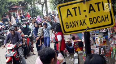 Pengunjung memadati kawasan Setu Babakan, Jakarta, Minggu (23/6/2019). Ribuan warga memadati kawasan Setu Babakan untuk berwisata dan menyaksikan beragam acara dalam rangka perayaan HUT ke-492 Jakarta. (Liputan6.com/Helmi Fithriansyah)