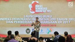 Menko Polhukam Wiranto memberi sambutan saat memberikan piagam penghargaan Indeks Demokrasi Indonesia (IDI) 2017 di Jakarta, Kamis (13/12). Penghargaan diberikan kepada provinsi yang mencapai nilai IDI di atas 80. (Merdeka.com/Iqbal Nugroho)