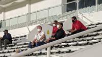 Direktur Utama Persis Solo, Kaesang Pangarep, menyambangi latihan Timnas Indonesia di Stadion Madya, Jakarta Pusat, Selasa (11/5/2021). (Bola.com/Muhammad Adiyaksa)