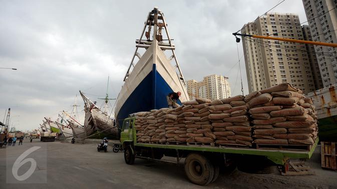 Suasana bongkar muat semen di Pelabuhan Sunda Kelapa, Jakarta, Selasa (2/5). Badan Pusat Statistik (BPS) mencatat Indeks Harga Perdagangan Besar (IHPB) bahan bangunan dan kontruksi pada April 2017 mengalami kenaikan. (Liputan6.com/Johan Tallo)