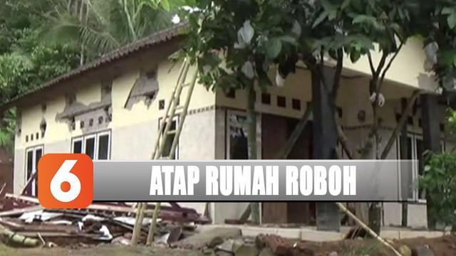 Atap rumah warga di Kabupaten Ciamis, Jawa Barat, roboh karena pergerakan tanah.