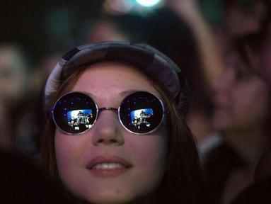 Seorang wanita penggemar band Amerika Alter Bridge menghadiri konser di Rock in Rio Festival di Olympic Park, Rio de Janeiro, Brazil, (22/9). Rock in Rio merupakan salah satu acara musik terbesar di dunia. (AFP Photo/Mauro Pimentel)