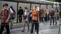 Penumpang KRL berjalan di Stasiun Tanah Abang, Jakarta Pusat, Kamis (4/2/2021) sore. Menurut keterangan petugas, antrean panjang tersebut hampir terjadi setiap harinya saat bulan Ramadhan. (Liputan6.com/Faizal Fanani)