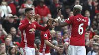 Pemain Manchester United, Marcos Rojo (kiri) merayakan golnya ke gawang AFC Bournemouth pada lanjutan Premier League pekan ke-27 di Old Trafford, Manchester, (4/3/2017). MU diatahan imbang 1-1. (Martin Rickett/PA via AP)