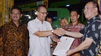 Ki-ka: Direktur Jenderal Hortikultura, Suwandi dan Kepala Badan Karantina Pertanian, Ali Jamil saat pelepas ekspor nanas dan pisang.