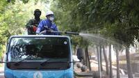 Petugas PDAM Tirtawening bakal terus menyemprotkan disinfektan hingga 31 Maret mendatang di sejumlah titik. (Humas Pemkot Bandung)