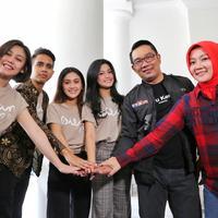 Pemain Dilan 1991 berkunjung kerumah Dinas Ridwan Kamil (Adrian Putra/Fimela.com)