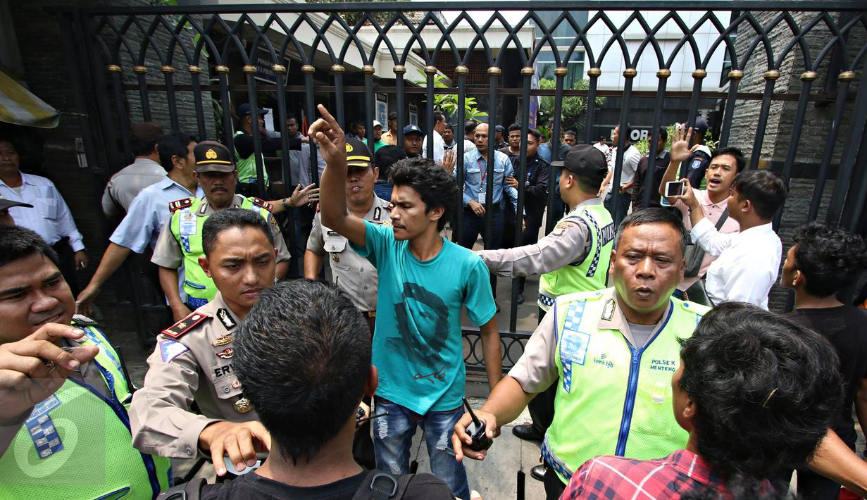 Massa dari Solidaritas Pergerakan Mahasiswa Indonesia terlibat kericuhan dengan polisi dan petugas keamanan di depan Kantor DPP Partai NasDem, Jakarta, Senin (18/1). Kericuhan terjadi akibat massa dilarang berdemo. (Liputan6.com/Immanuel Antonius)