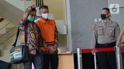 Mantan Komisioner KPU RI, Wahyu Setiawan berjalan didampingi kuasa hukumnya usai menjalani sidang dengan agenda dakwaan saat sidang online di Gedung KPK, Jakarta, Kamis (28/5/2020). Wahyu Setiawan diperiksa terkait dugaan menerima suap pengurusan PAW anggota DPR dari PDIP. (merdeka.com/Dwi Narwoko)