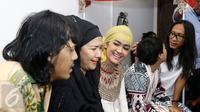 Julia Perez bersama pengantin baru, Ria Irawan dan Mayky Wongkar. (Herman Zakharia/Liputan6.com)