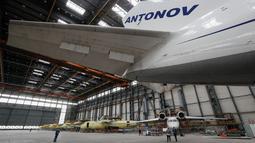 Pesawat Antonov An-124 Ruslan saat direnovasi di pabrik pesawat Antonov di Kiev, Ukraina (15/5/2019). Selain tipe yang terbesar An-225 Mriya, beberapa pesawat berukuran sedang juga diproduksi di pabrik ini. (Reuters/Valentyn Ogirenko)