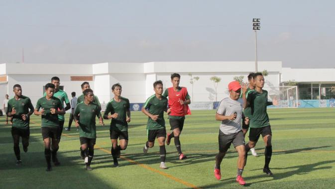 Para pemain Timnas Indonesia U-22 berlari santai saat latihan di Lapangan AUPP, Phnom Penh, Selasa (19/2). Latihan ini persiapan jelang laga Piala AFF U-22 melawan Malaysia. (Bola.com/Zulfirdaus Harahap)