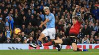 Sergio Aguero membobol gawang Manchester United. (AFP/Lindsey Parnaby)