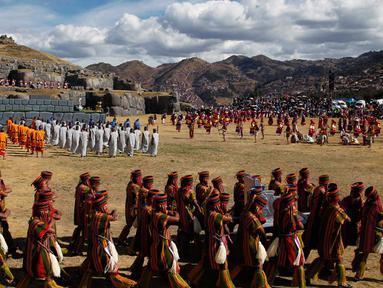 "Sejumlah pemeran melakukan upacara Inca ""Inti Raymi"" di reruntuhan Saqsaywaman di Cuzco, Peru (24/6). Mereka melakukan ritual merayakan untuk titik balik matahari di musim dingin. (AP/Martin Mejia)"