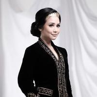 """Kebaya hitam dan rambut disanggul, Gita Gutawa tampak anggun seperti RA Kartini, ia pun menyertakan tulisan """"gitagutSelamat hari Kartini! #Kartini #PerempuanJugaBisa"""". (Instagram/gitagut)"""