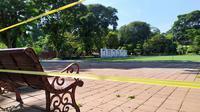 Lapangan Sempur, arena bermain sarana berolahraga bagi warga Kota Bogor ditutup sementara guna mencegah penyebaran virus corona Covid-19. (Liputan6.com/Achmad Sudarno)