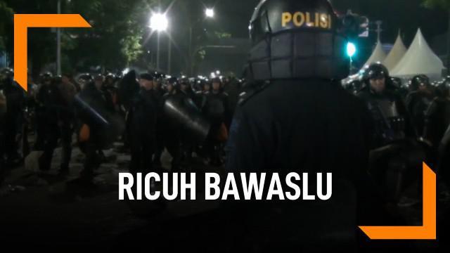 Kericuhan di depan Bawaslu mulai tersulut sekitar pukul 11 malam. Kericuhan terus berlanjut hingga dini hari.