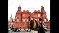 Yana dan Teddy berpose Red Square, Moscow, Rusia. (Instagram @indoasiaeuro_bycar)