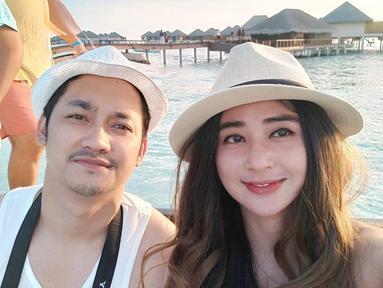 Bermula dari urusan kerja, tak tahunya keduanya saling jatuh cinta. Tak perlu lama-lama, 10 September 2017 lalu keduanya telah melangsungkan pernikahan secara sederhana dan diam-diam di kediaman orangtua Dewi. (Liputan6.com/IG/@anggawijaya88)