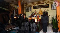 Suasana pelaksanaan upacara perayaan Hari Raya Trisuci Waisak 2565 di Vihara Paramitta, Desa Ngadas, Poncokusumo, Malang, Jawa Timur, Rabu (26/5/2021). Berbeda dengan tahun-tahun sebelumnya, perayaan Waisak yang dilakukan masyarakat Suku Tengger ini tampak sederhana. (merdeka.com/Nanda F. Ibrahim)