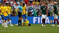 Penyerang timnas Brasil, Neymar mengerang kesakitan di atas lapangan pada babak 16 besar Piala Dunia 2018 melawan Meksiko di Samara Arena, Senin (2/7). Banyak yang menilai sikap Neymar sebagai tindakan tidak sportif bagi olahragawan. (AP/Frank Augstein)