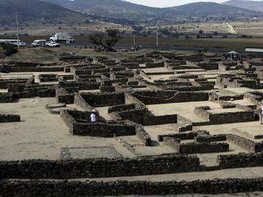 Sejumlah awak media melakukan tur di reruntuhan pra Hispanik dari Zultepec - Tocoaque terletak di Mexico City, Meksiko, (18/11/2015). Arkeolog menemukan pengaruh suku Aztec pada reruntuhan  pra - Hispanik dari Zultepec - Tocoaque. (REUTERS/Henry Romero)