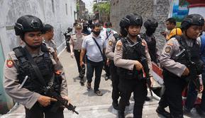 Densus 88 Antiteror membawa barang bukti setelah menggeledah rumah terduga teroris Achmad Sarwani di Gang Murai, Waringinrejo, Cemani, Grogol, Sukoharjo, Rabu (16/10).(Liputan6.com/Fajar Abrori)