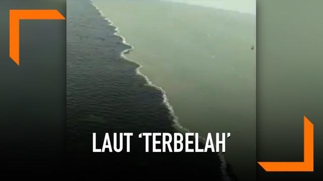 Fenomena air laut terbelah menjadi dua warna terjadi di Selat Madura atau lebih tepatnya di bawah Jembatan Nasional Surabaya-Madura. Sontak fenomena alam ini membuat ramai warganet di jagad maya.