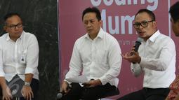 Menaker Hanif Dhakiri memberikan keterangan pers tentang Program Coding Mum, Jakarta, Jumat (24/3). Program ini ditujukan untuk memberdayakan Ibu-ibu yang menjadi Buruh Migran Indonesia (BMI) di kawasan Asia. (Liputan6.com/Angga Yuniar)