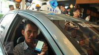 Sopir taksi memperlihatkan aplikasi online My Blue Bird di Jakarta, (19/5). Blue Bird meluncurkan versi terbaru My Blue Bird yang merupakan penyempurnaan perkembangan teknologi dari sistem online yang sudah ada sebelumnya. (Liputan6.com/Gempur M Surya)